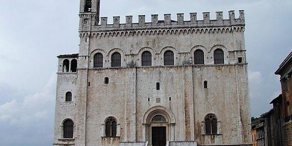 Gubbio, la città di San Francesco, il lupo e… Don Matteo!